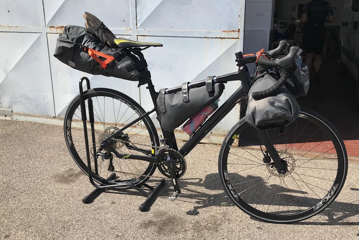Il set di borse Ortlieb bikepaking è pienoe la nostra Gravel è pronta per un giro nelle campagne