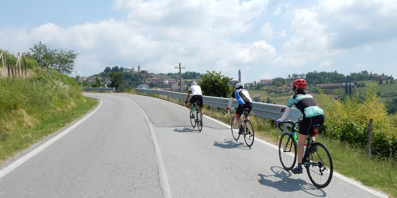 Rich e amici mentre pedalano sulle colline piemontesi