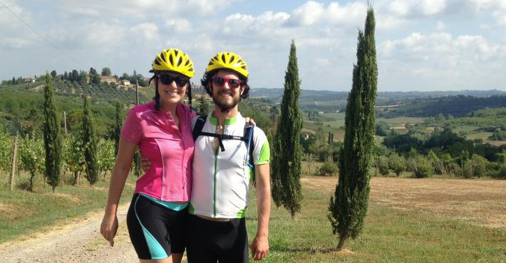 Sarah e Simon mentre si godono il Secret Tuscany self-guided bike tour su Hybrid bike